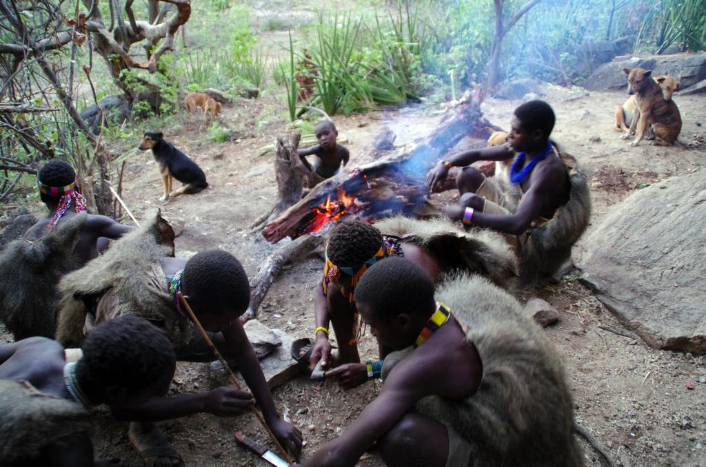 Bienvenue chez les Hadzabe, des nomades qui sont chasseurs ceuilleurs. Autre particularité, ils communiquent par clics