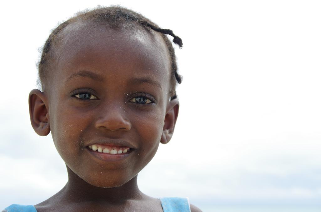 Une des enfants jouant sur la plage de Jambiani - Zanzibar