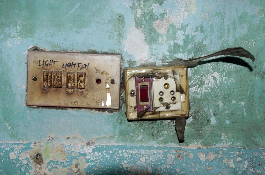 """L'installation électrique de ma """"chambre"""" me laisse songeur"""