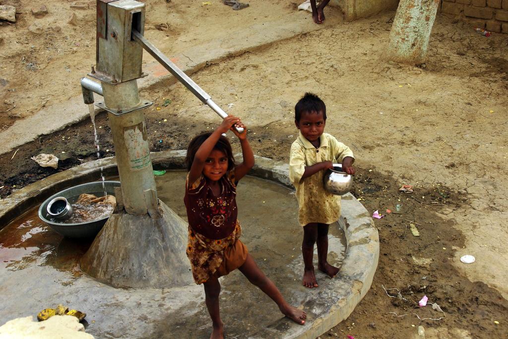 Jeunes enfants partis chercher de l'eau