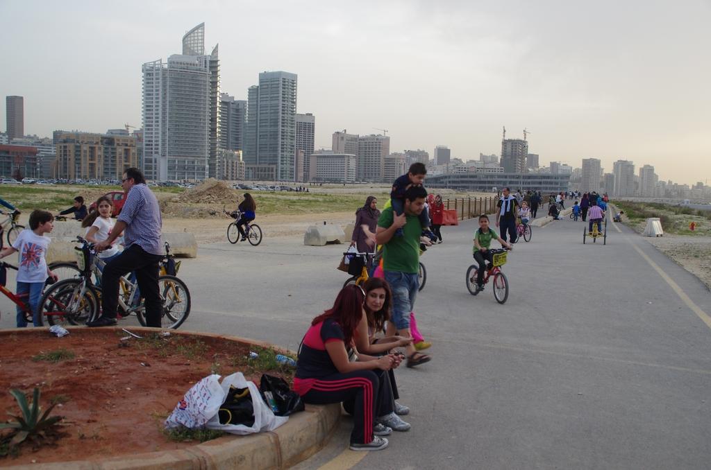 Fin d'après midi sur le front de mer. Les gens viennent s'y balader, faire du vélo ou tout simplement discuter - Beyrouth