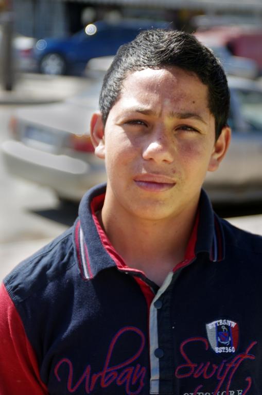 Jeune syrien, devenu cireur de chaussures pour subsister
