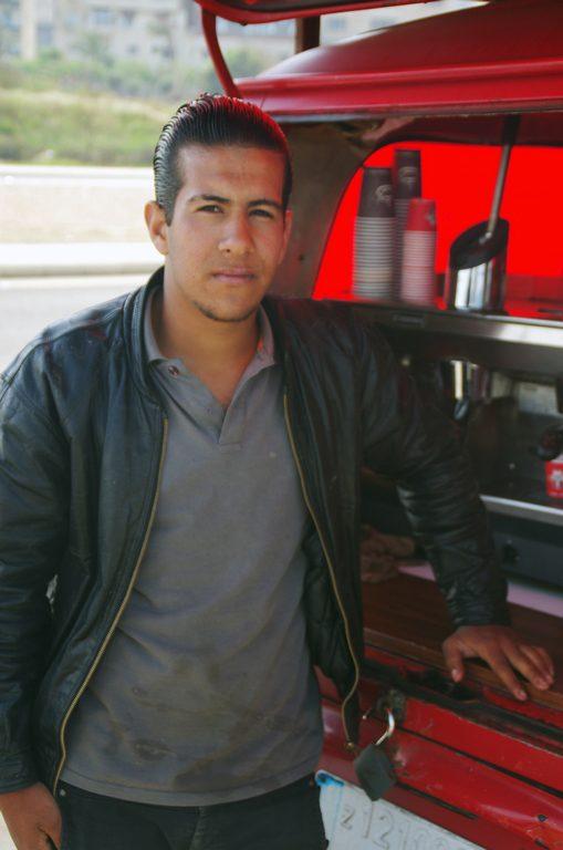 Vendeur de café au bord de la voie express