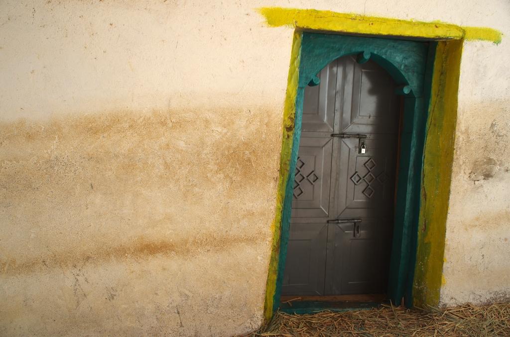 Entrée d'une petite église. Certaines ont un accès bien plus aisé que d'autres
