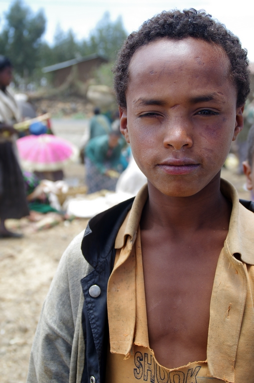 Bien que les Amharas soient souriants, la vie à l'air dure et certains enfants ont des visages marqués