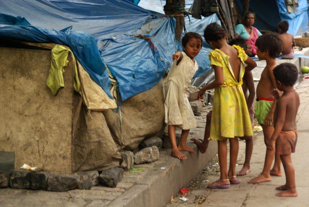 Enfants vivant sur les trottoirs