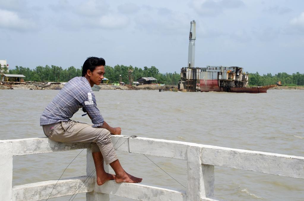La ville de Chittagong est connue dans le monde entier pour ses chantiers de destruction de navires. A droite, un porte conteneur presque entièrement dépecé.Le site est désormais inaccessible aux personnes  ne travaillant pas sur un chantier, les autorités n'ayant que peu apprécié les différents films dénonçant le désastre écologique