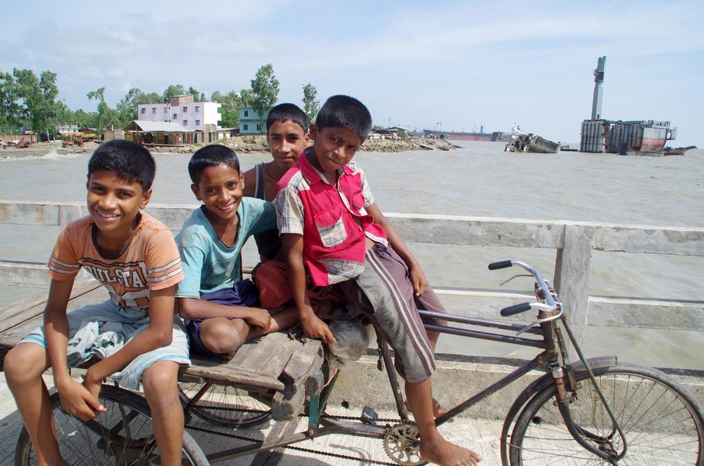 """""""Les petits déboulonneurs"""" sont appelés ainsi en raison de leur fonction lors de la démolition des navires - Chittagong"""