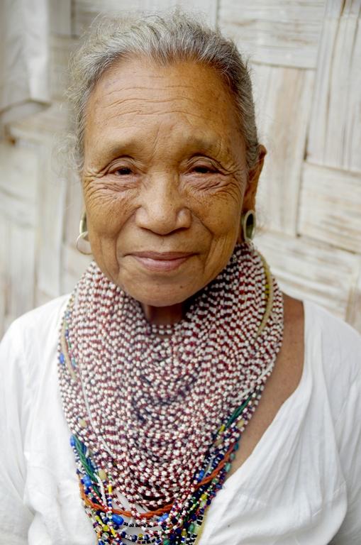 Dans certains villages, les femmes âgées revêtent des parures traditionnelles - Bandarban