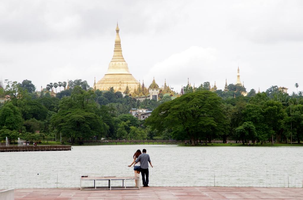 Les couples s'affichent facilement en Birmanie, ce qui donne l'apparence d'une vie paisible - Rangoon