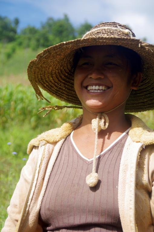 Femme récoltant des cacahuètes - Hipsaw