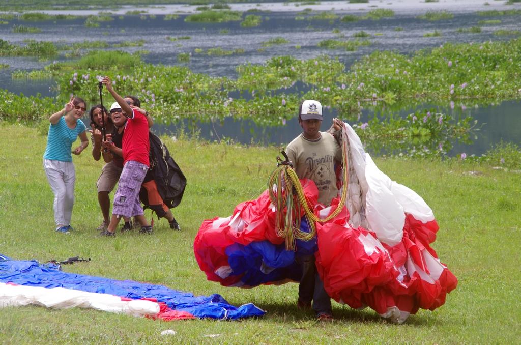 Nombreux sont les touristes qui font du parapente. Cela donne parfois des scènes amusantes