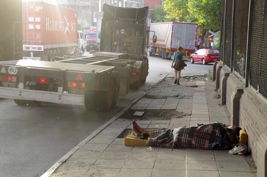 Avec la crise économique, nombreux sont les gens qui vivent dans la rue ; des familles entières aussi - Buenos Aires, Argentine