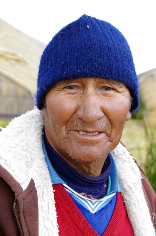 Habitant des îles flottantes d'Uros - Pérou