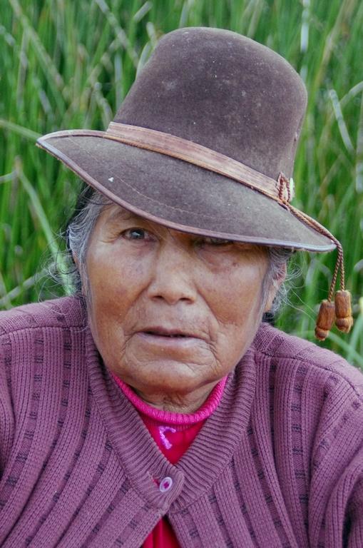 Habitante des îles flottantes d'Uros - Pérou