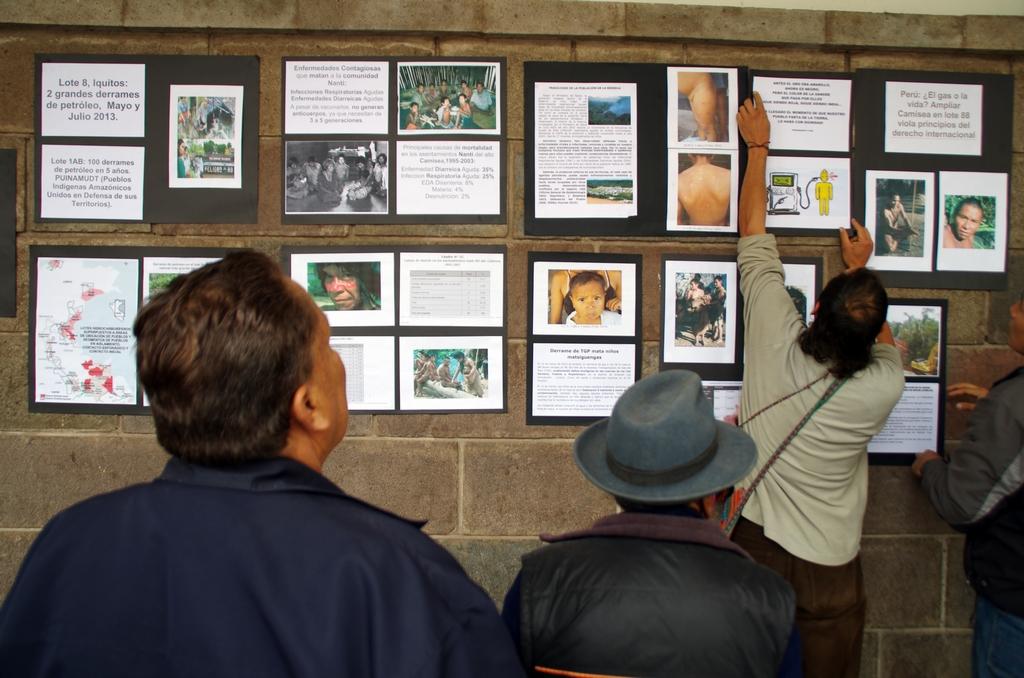 Exposition sur la place principale de Cuzco contre le déplacement des tribus amazoniennes - Cuzco, Pérou