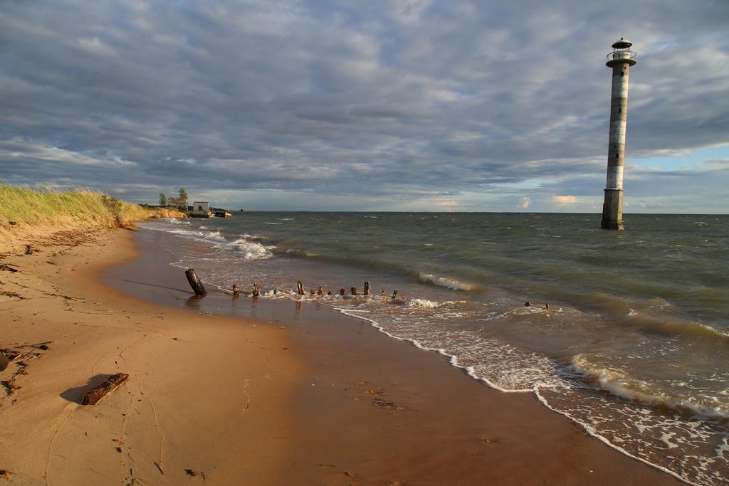 Le phare de Kiipsaare est considéré comme la tour de Pise des Pays-Baltes. Il est le témoin de la rapide érosion des côtes sableuses au Nord de l'Europe - Estonie