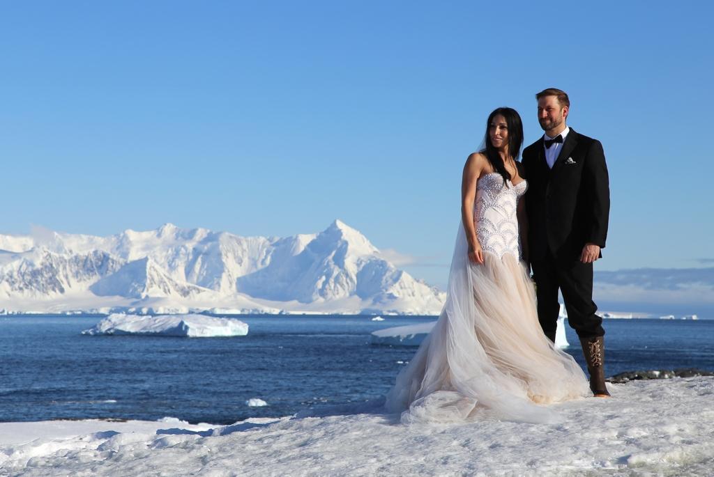 Se marier au niveau du cercle polaire Antarctique, voilà qui est insolite !