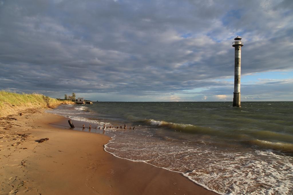 Surnommé la tour de Pise de l'Estonie, le phare de Kiipsaare est victime de la lente érosion des côtes qui gagne par endroit les rives de la mer Baltique. Érigé en 1933, il était à l'origine situé sur la terre, à 25 mètres de distance de la plage - Estonie