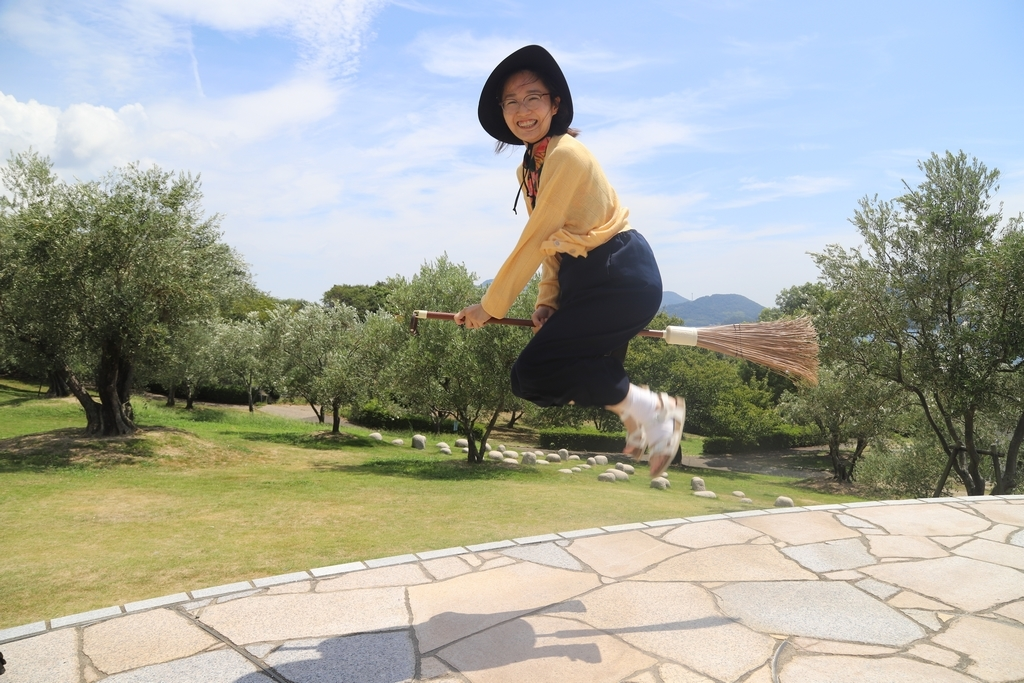 Outre les oliviers, l'attraction de Shodoshima est un parc où il est de bon ton de s'envoler en balai
