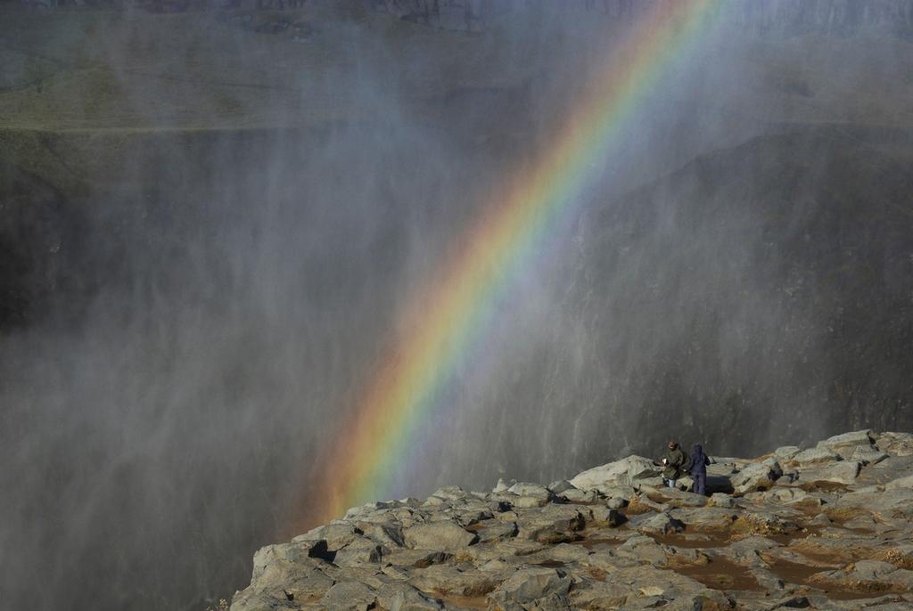 En aval des chutes, l'arc en ciel peut être constant