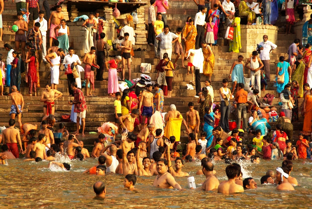La baignade dans le Gange est un rituel quotidien - Varanasi