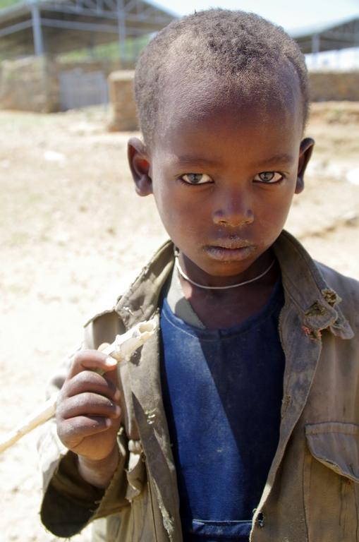 Enfants devant les sites protégés par l'Unesco, à Aksum