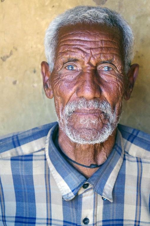 Le chef de famille qui nous héberge me fait penser à un vieux sage avec sa stature droite et son regard franc