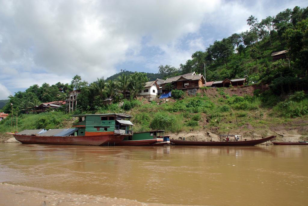 Il y a de nombreux hameaux sur les rives du Mékong, Laos