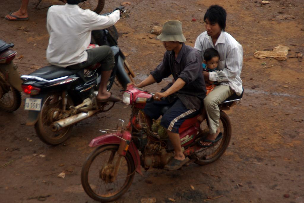 Au Cambodge on monte à plusieurs sur les motos