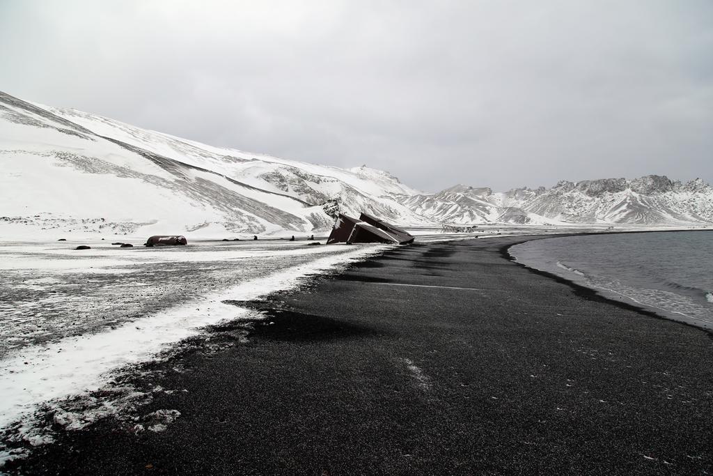 Entre le sable volcanique et la neige, le monde semble bicolore