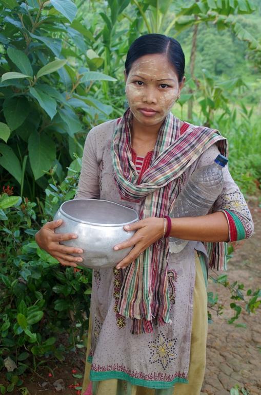 Les femmes d'origine birmane (pays frontalier) se mettent du tanaka pour se protéger du soleil. Cela sert aussi comme maquillage - Bandarban