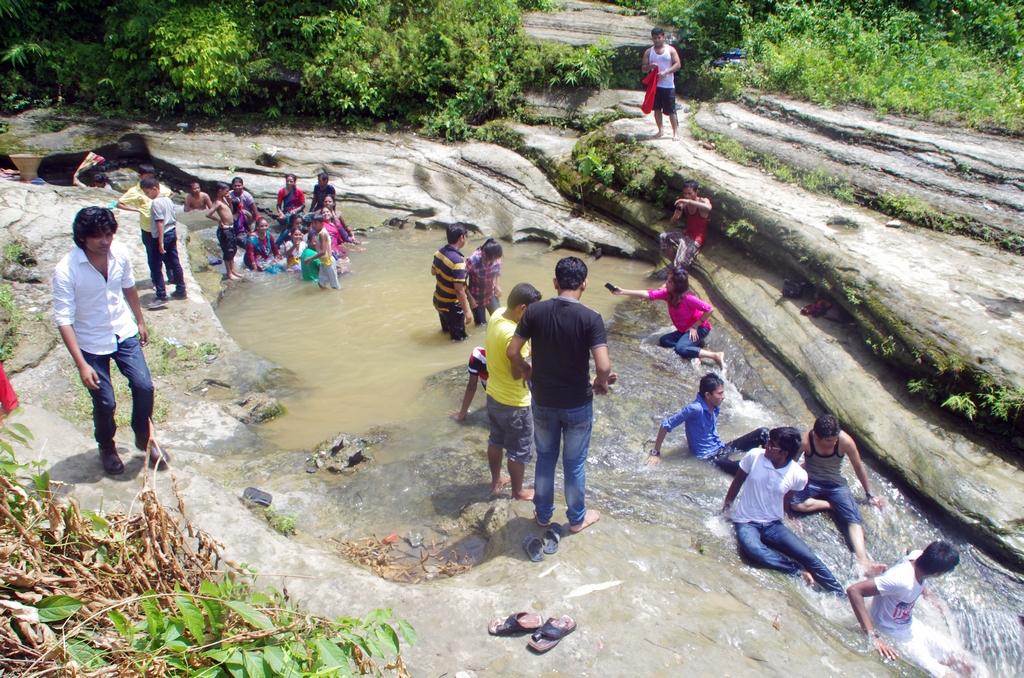 La fin du ramadan est une période de vacances pour une partie de la population. C'est ainsi l'occasion d'en profiter pour se baigner dans les lacs et rivières - Bandarban