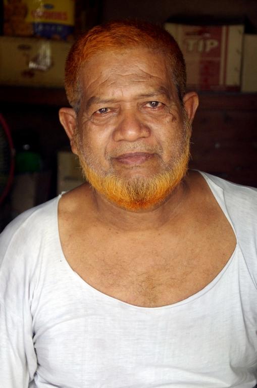 Certains musulmans, généralement des hommes plus âgés, se colorent la barbe et les cheveux en roux - Bandarban