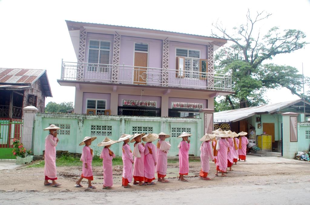 Chaque jour les moines, femmes et hommes, vont de maison en maison récolter de la nourriture