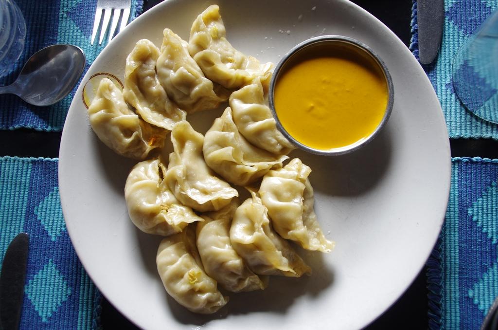 Les momos, spécialité d'origine tibétaine, sont une sorte de raviolis fourrés à la viande ou aux légumes. Ils se mangent bouillis ou fris