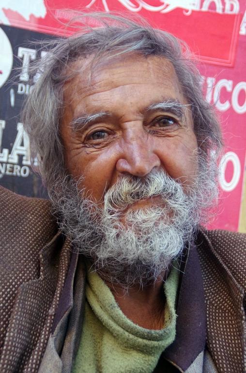 Julio Valdes Rodrigue vit dans la rue depuis de trop longues années. Ils sont nombreux dans son cas - Valparaiso, Chili