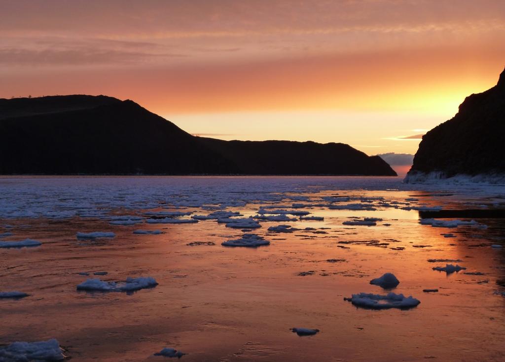 Le lac Baikal commence à geler - Russie