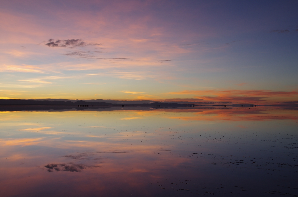 Avec une fine couche d'eau, le salar d'Uyuni est un miroir quasi parfait - Bolivie